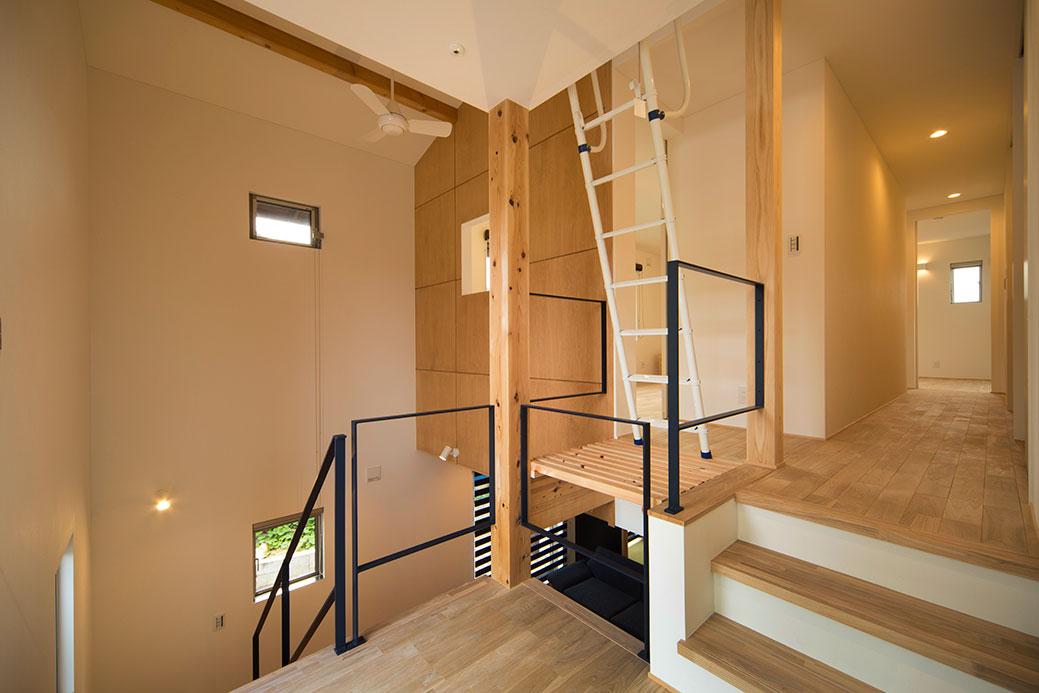 吹抜、階段、スキップフロアが連続する空間
